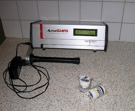 Die Radonmessung Aktives strombetriebenes Radonmessgerät für die Kurzzeitmessung und zwei passive Dosimeter für die Langzeitmessung