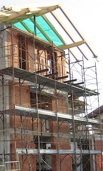 Errichtung des Daches ohne geeignete Absturzsicherung