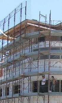 Ordnungsgemäße Sicherung des Gebäudes mittels Fassadengerüst