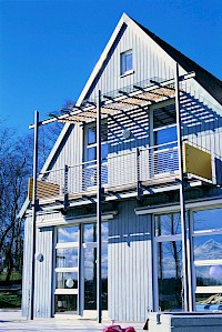 Bei einer Modernisierung der Fassade kann es durchaus sinnvoll sein über eine Erneuerung der Fenster nachzudenken.