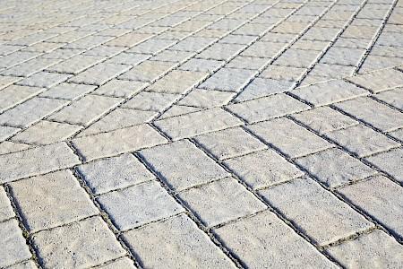 Betonpflaster gilt als rutschsicher und kostengünstig.