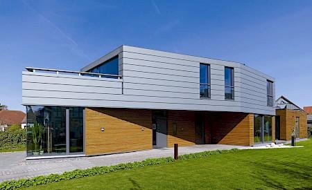 Der traditionelle Werkstoff ist heute in vielen Farben zu haben, wird handwerklich verar¬beitet und lässt sich passgenau, individuell und perfekt an die vor¬handene Architektur anpassen.